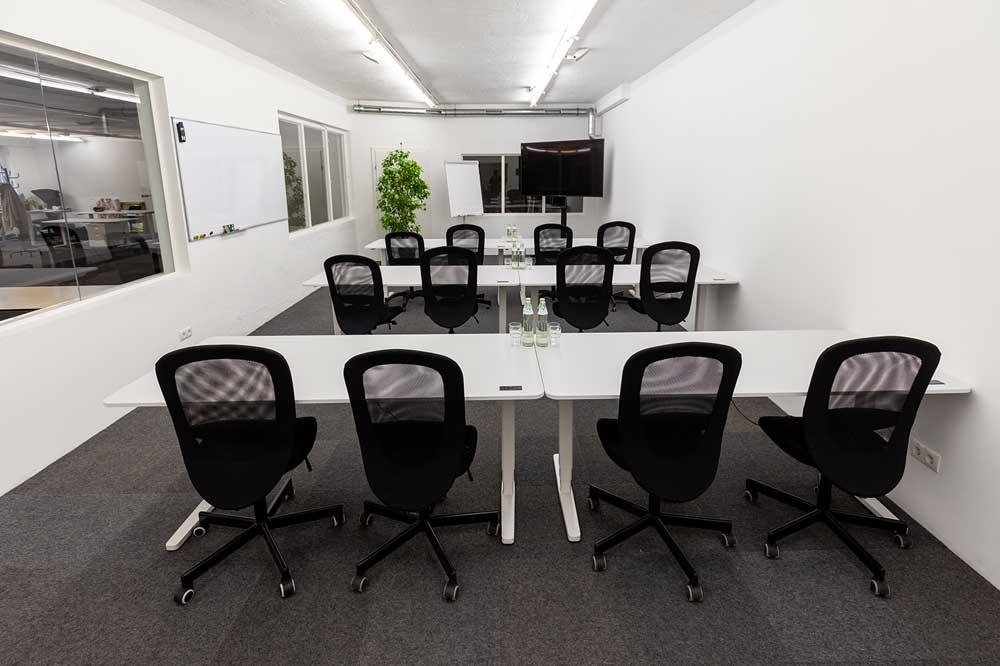 Seminarraum mit Tischen und Stühlen